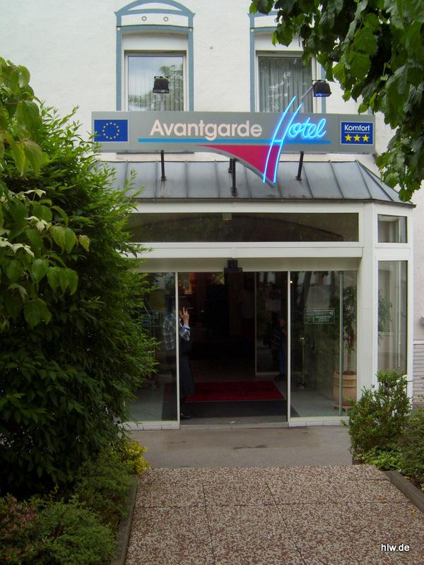 Lichtwerbung mit Neon-Schriftzug - Avantgarde Hotel