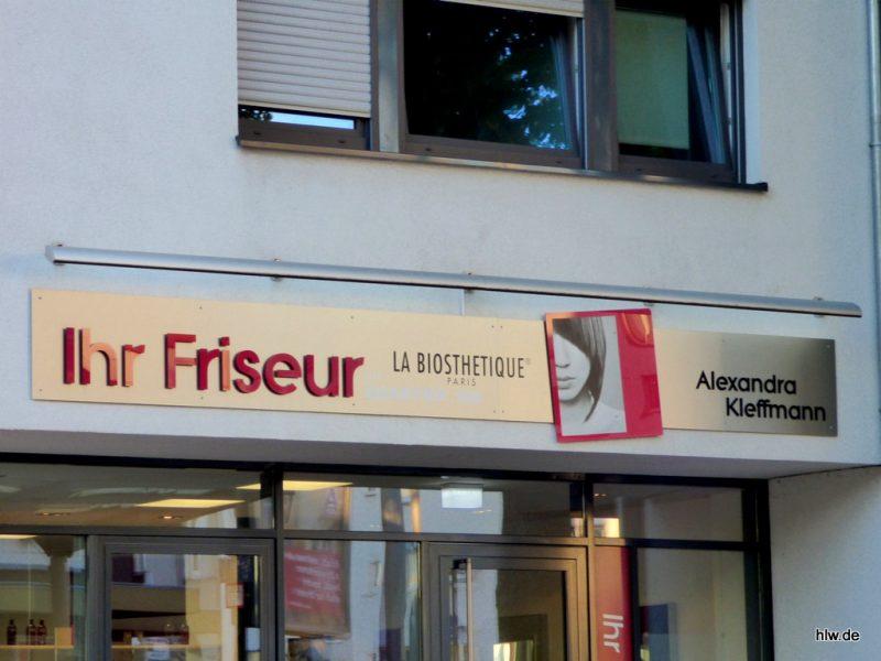Buchstaben auf einem Werbeschild mit Lichtleiste - Ihr Friseur Kleffmann in Bochum