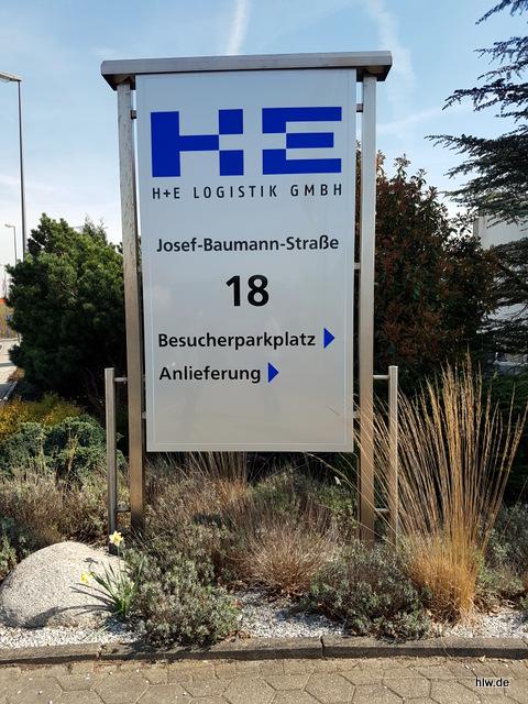Leuchttransparent mit Beschriftung als Wegweiser - H + E Logistik