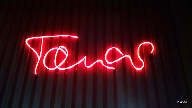 """Neon-Schriftzug """"Tanas"""" in Bochum, Tana Schanzara, Königsallee, Schauspielhaus"""