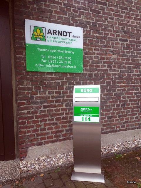 Acrylglas-Wandschild und ein Standbriefkasten in Bochum