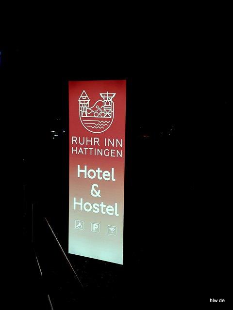 Werbepylon mit LED-Ausleuchtung - Hotel & Hostel